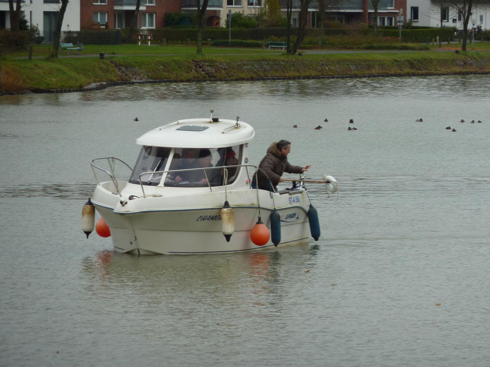 Sportbootführerscheinprüfung, Prüfling beim Manöver Mensch über Bord, dabei holt er den Ring aus dem Wasser