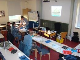 Im Schulungsraum der Bootsschule mit Teilnehmern und moderner Ausstattung